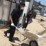 豪雨:広島県坂町 俳優・斎藤工さんがつなぎ姿でボランティア泥々